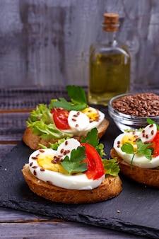 Panino sano con mozzarella, pomodoro, uova e semi di lino