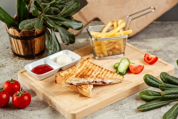 Panino servito con patatine fritte e verdure