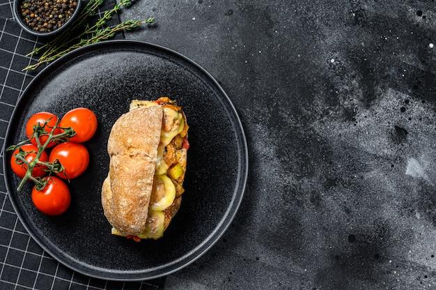 Panino sottomarino con polpette di carne, ricotta.