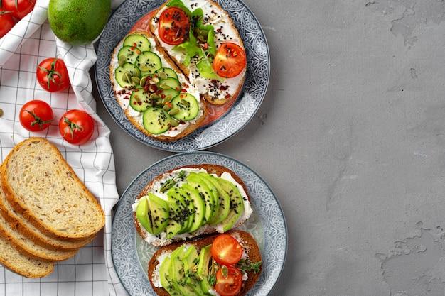 Panino tostato dell'avocado per la prima colazione, vista superiore