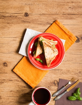Panino vegano integrale con vari ingredienti per un pasto sano,