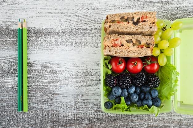 Panino vegetariano e frutti di bosco