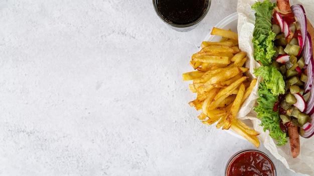 Panino vista dall'alto con patatine fritte