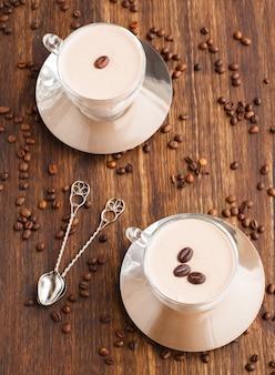 Panna cotta al caffè in una tazza di vetro con chicchi di caffè