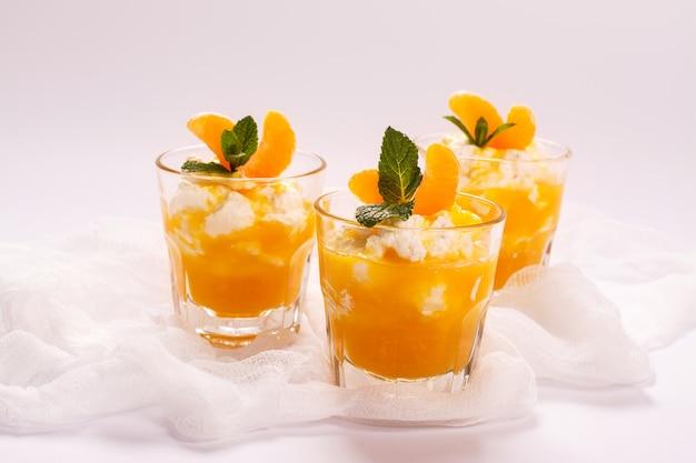 Panna cotta stratificata con panna montata e salsa di mandarini