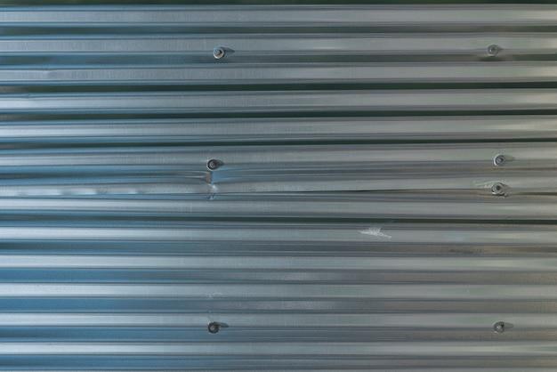 Pannelli di metallo sullo sfondo della parete