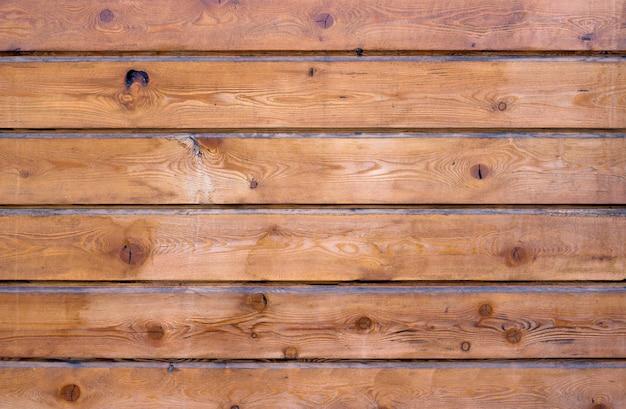 Pannelli in legno marrone disposti orizzontalmente. struttura in legno e sfondo