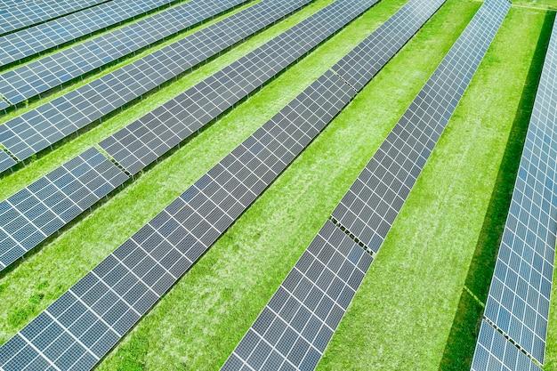 Pannelli solari che producono energia rinnovabile verde