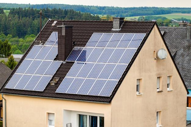 Pannelli solari efficienti a risparmio energetico puliti rinnovabili verdi sul tetto di una casa di periferia.