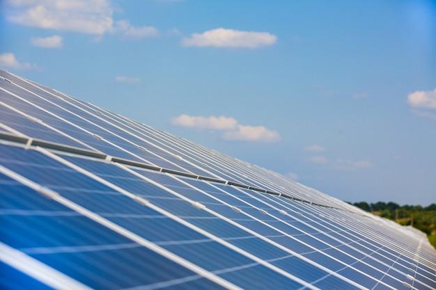 Pannelli solari sotto il cielo blu