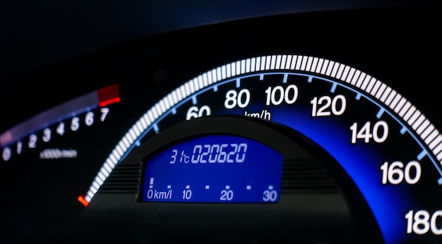Pannello del cruscotto della console del misuratore di velocità dell'automobile blu