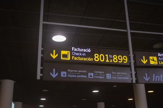 Pannello delle porte d'imbarco di un aeroporto internazionale.