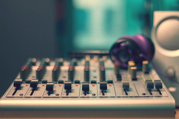 Pannello di controllo del mixer audio in sala studio