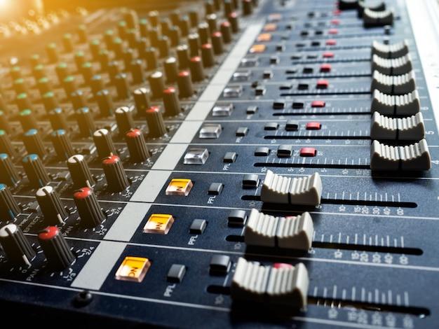 Pannello di controllo del mixer audio, pulsanti attrezzature per il controllo del mixer audio
