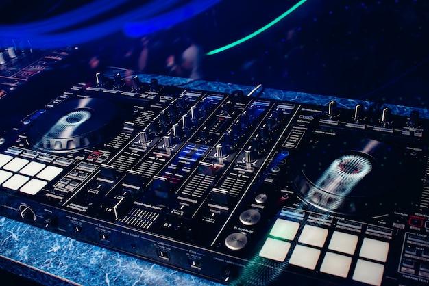 Pannello di controllo dj acceso per musica e suono professionali