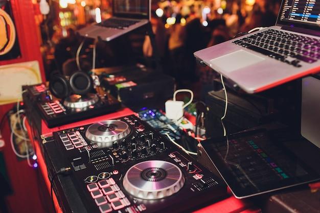 Pannello di controllo midi digitale con luci colorate da discoteca, apparecchiature audio per consolle per dj.