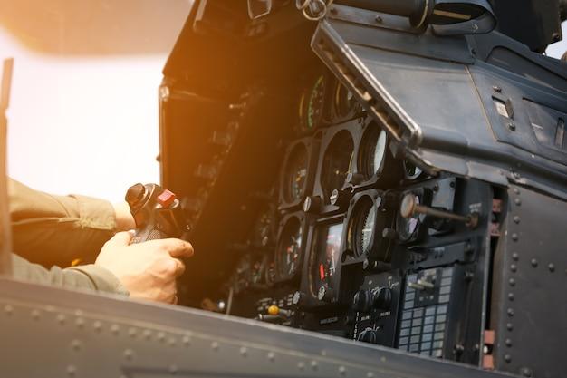 Pannello di controllo nella cabina di pilotaggio militare dell'elicottero