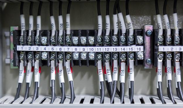 Pannello di controllo nella sala di controllo elettrica corrente.