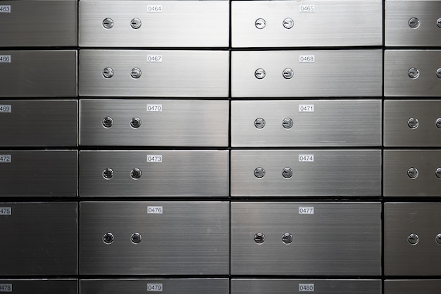 Pannello di sicurezza in metallo a parete. concetto di successo e protezione bancaria.