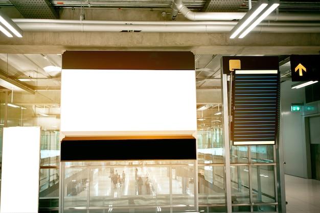 Pannello pubblicitario cartellone bianco in aeroporto terminal
