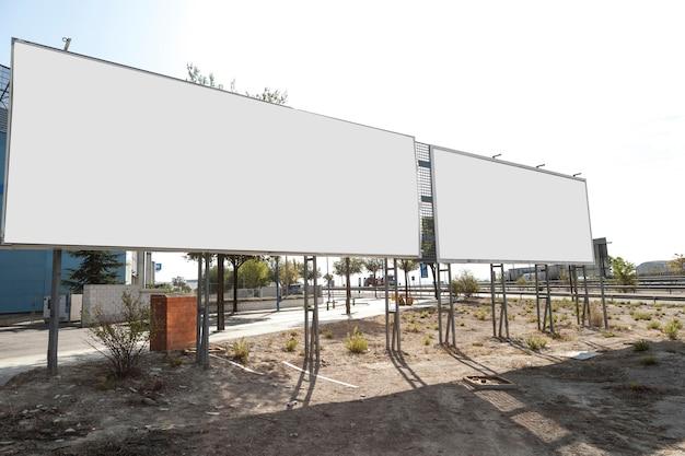 Pannello pubblicitario cartellone stradale bianco