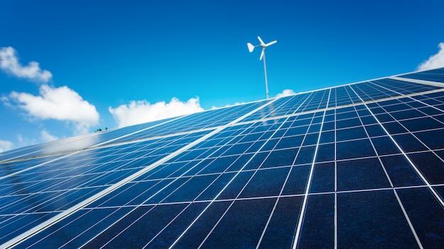 Pannello solare con cielo blu, energia alternativa delle pile solari