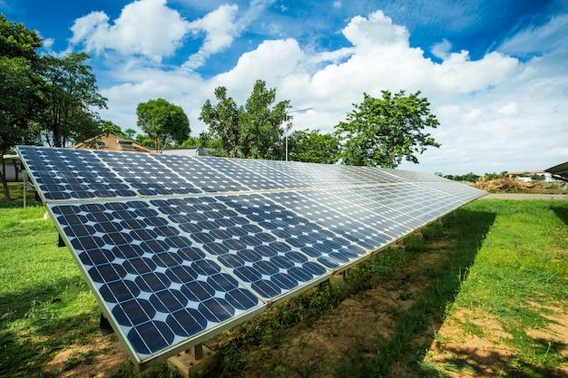 Pannello solare sulla priorità bassa del cielo blu