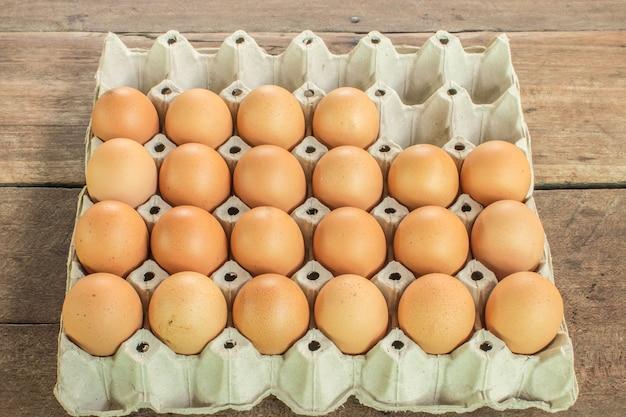 Pannello uovo sul tavolo.