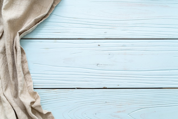 Panno da cucina (tovagliolo) su fondo di legno blu