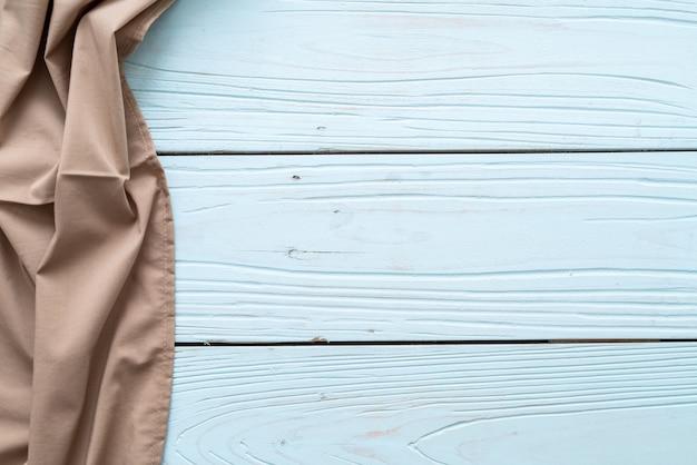 Panno da cucina (tovagliolo) sulla parete di legno blu