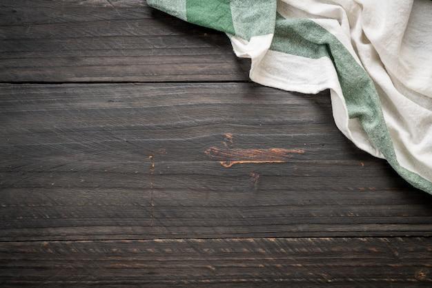 Panno della cucina (tovagliolo) su fondo di legno