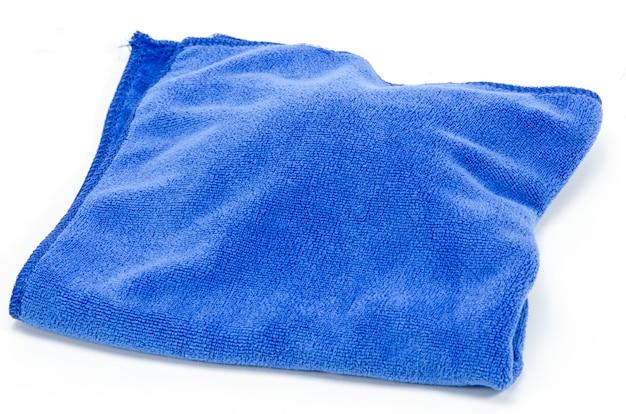 Panno di microfibra blu sgualcito isolato su sfondo bianco