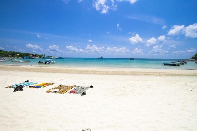 Panno e munizione sulla spiaggia, isola di samed, tailandia