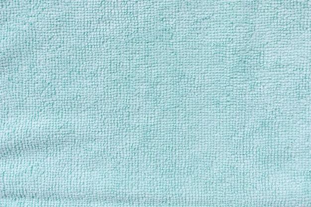 Panno in microfibra blu per la pulizia. pulizia di asciugamani in micro tessuto per spolvero e lucidatura. concetto di servizio di pulizia domestica. primo piano, copia spazio