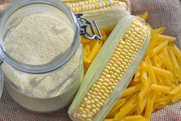 Pannocchia e farina fresche in un barattolo in pasta senza glutine su tessuto