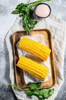 Pannocchia. verdure biologiche dell'azienda agricola. sfondo grigio. vista dall'alto