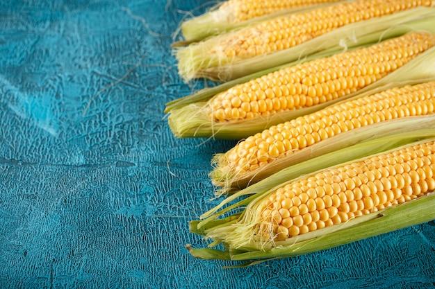 Pannocchie di mais crudo fresco