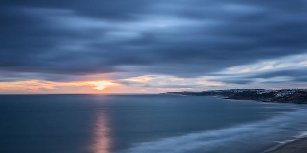 Panorama al tramonto, spiaggia della falesia.