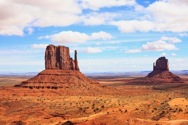 Panorama con famosi buttes della monument valley dall'arizona, stati uniti d'america.