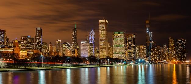Panorama del centro di chicago e del lago michigan