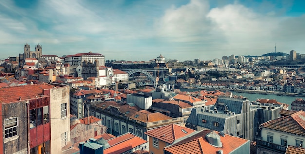 Panorama del centro storico con tetti di tegole rosse e il ponte don luis a porto portogallo una soleggiata giornata di primavera