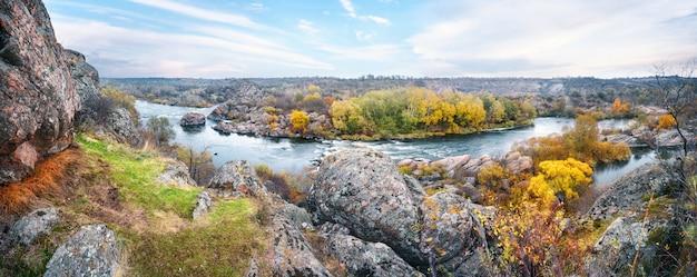 Panorama del fiume di montagna tra le pietre