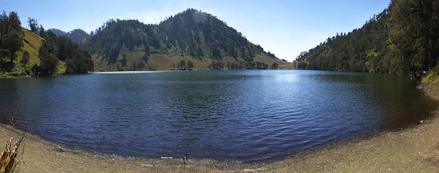 Panorama del lago ranu kumbolo in montagna semeru