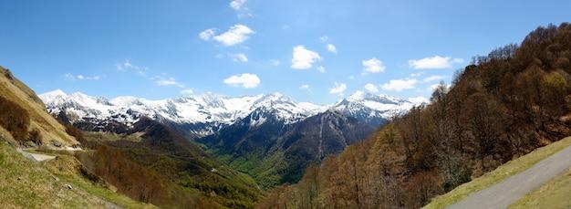 Panorama del paesaggio di montagna nei pirenei, francia