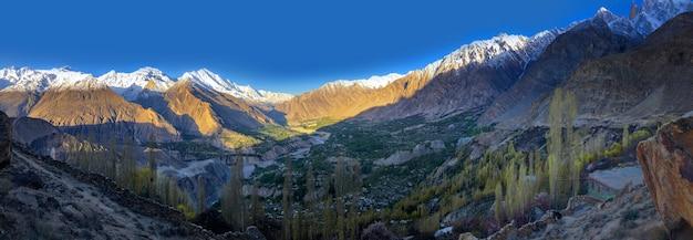 Panorama del punto di vista alla vista della montagna del dito della signora dal nido dell'aquila in valle di hunza.