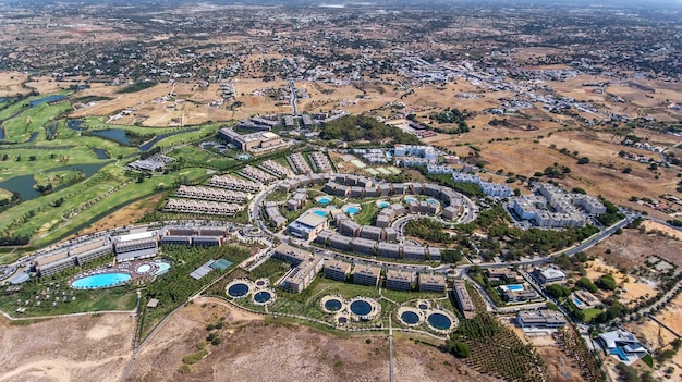 Panorama dell'antenna di albufeira nella regione dell'algarve, portogallo, hotel di salgados