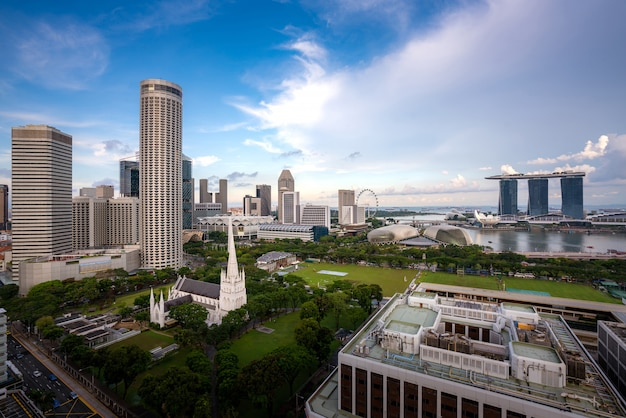 Panorama dell'orizzonte del distretto aziendale di singapore e del grattacielo dell'ufficio con la nuvola piacevole del cielo nella baia del porticciolo