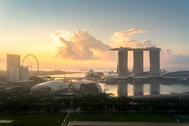 Panorama dell'orizzonte del distretto aziendale di singapore e del grattacielo dell'ufficio durante l'alba nella baia del porticciolo