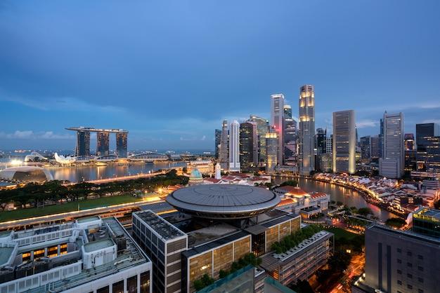 Panorama dell'orizzonte del distretto aziendale di singapore e del grattacielo di singapore con la corte suprema nella notte a marina bay, singapore.
