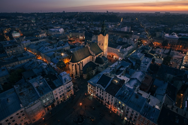 Panorama della città di notte di leopoli
